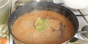 За 10-15 минут до готовности добавьте разведенную с водой муку, перец горошком и лавровый лист.