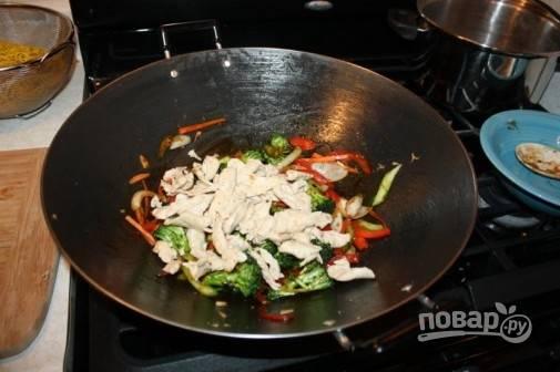 4. Верните на сковороду курицу. Параллельно отварите, согласно инструкции на упаковке, лапшу. Выложите пак чой.