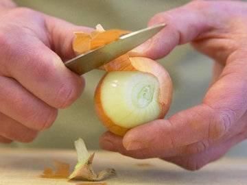2. Точно также поступаем и с луком. Очень важно не измельчать в блендере ингредиенты, а пользоваться теркой для их измельчения.