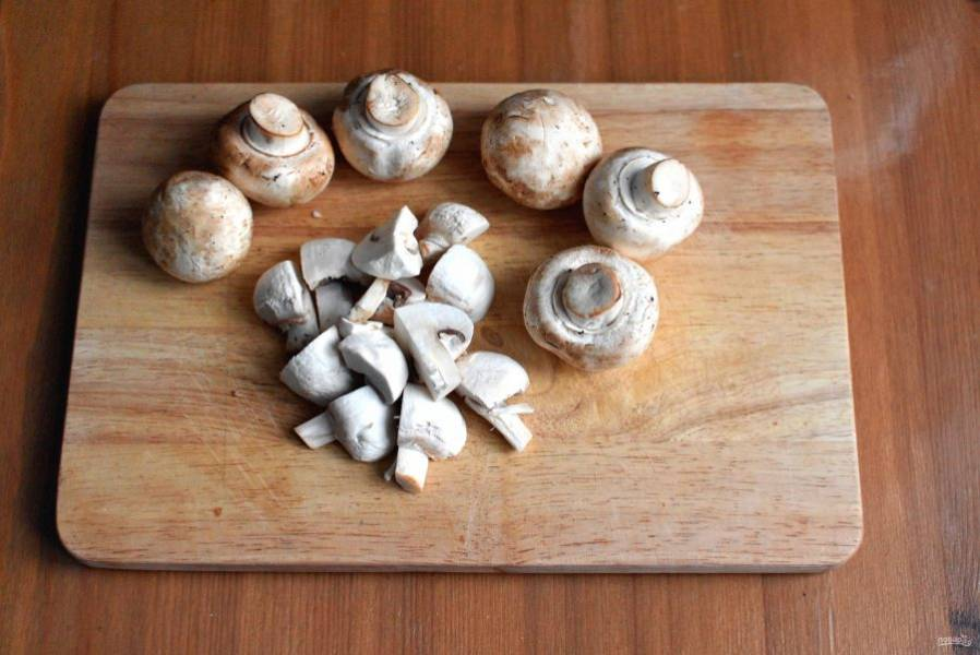 Грибы предварительно отварите. Если это шампиньоны, достаточно пары минут в кипящей воде. Если же грибы лесные, варить следует до готовности.