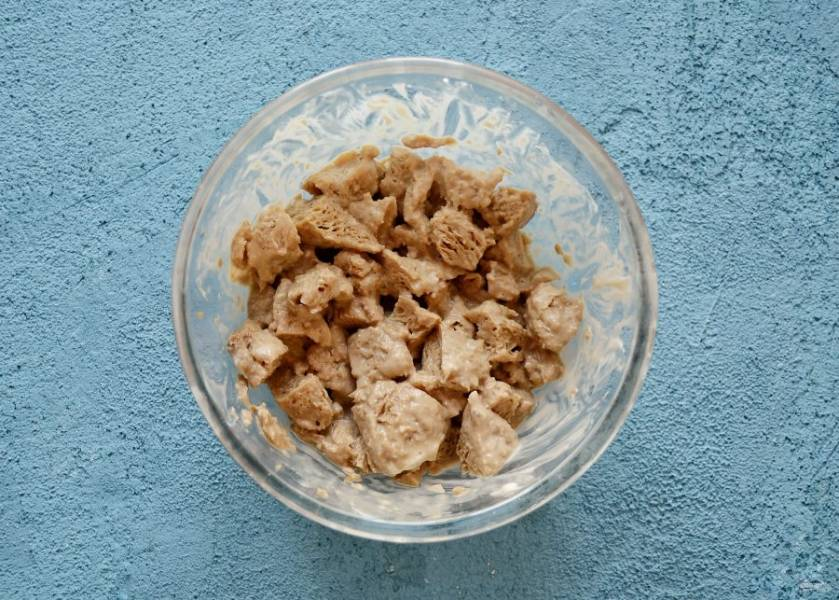 Соевое мясо промойте в холодной воде и хорошенько отожмите. Замочите его в соевом соусе и постном майонезе.