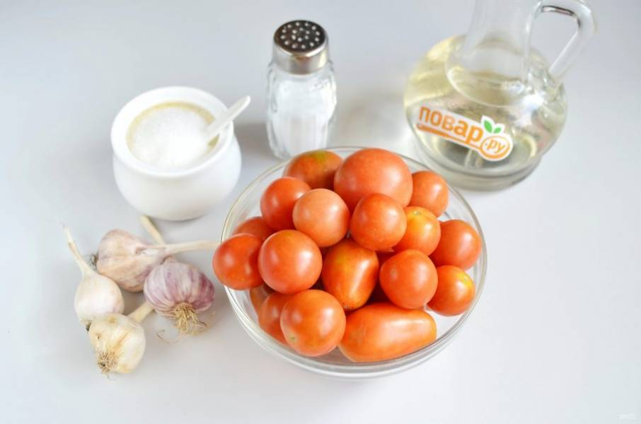 1. Подготовьте все по списку: томаты и все для рассола. Банки и крышки вымойте, обдайте кипятком. Помидоры тщательно вымойте.