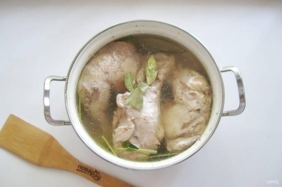 Варите курицу с индейкой на самом минимальном огне 3-3,5 часа до готовности. Посолите и поперчите по вкусу. Добавьте лавровый лист и через 10 минут выключайте.