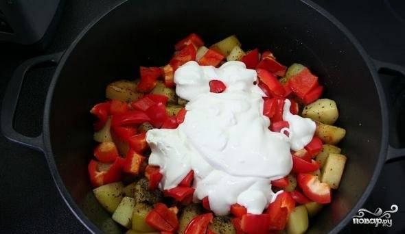 4. Теперь перекладываем все в кастрюлю слоями: снизу лук и морковь, потом мясо и курица, потом картошка, перчик, зелень и сметана. Каждый слой посыпаем специями по вкусу. Накроем крышкой и тушим на плите или в духовке примерно 45 минут. Если что, подливайте понемногу воды, чтобы не подгорало.