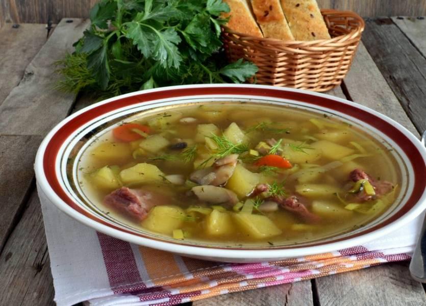 Подавайте суп горячим, с мягким хлебом и свежей зеленью.