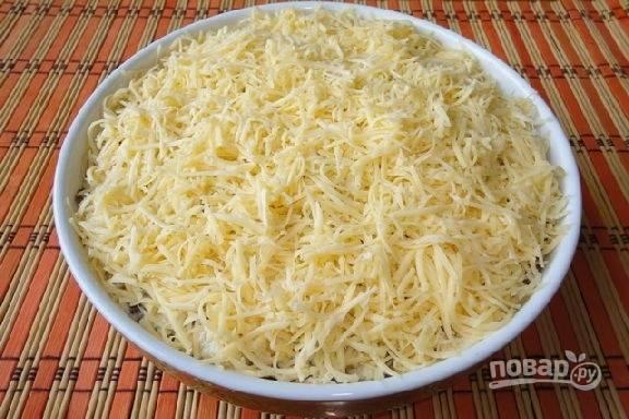 Салат с курицей, и грибами, и сыром
