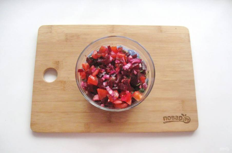 Салат посолите по вкусу и перемешайте.