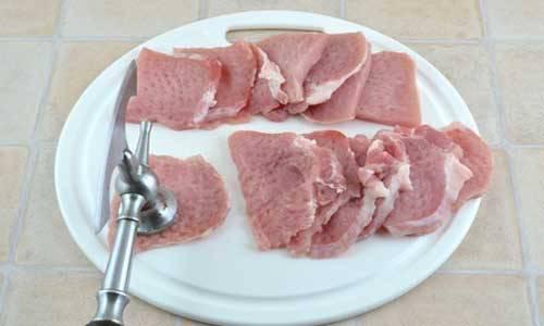 1. В процессе приготовления отбивных очень важно выбрать мясо. В  нашем случае - это свинина. Нарезаем на кусочки толщиной не более 1 сантиметра и хорошенько отбиваем.