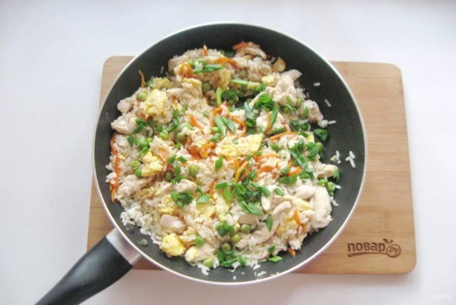 Зеленый лук мелко нарежьте и выложите в готовое блюдо.