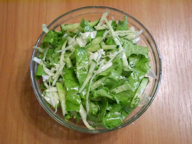 6. Заправьте салат оливковым маслом, можно добавить черного молотого перца по желанию. Перемешайте и подавайте к столу. Приятного!
