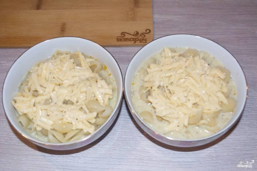 В каждую формочку влейте-выложите яично-сырную массу.