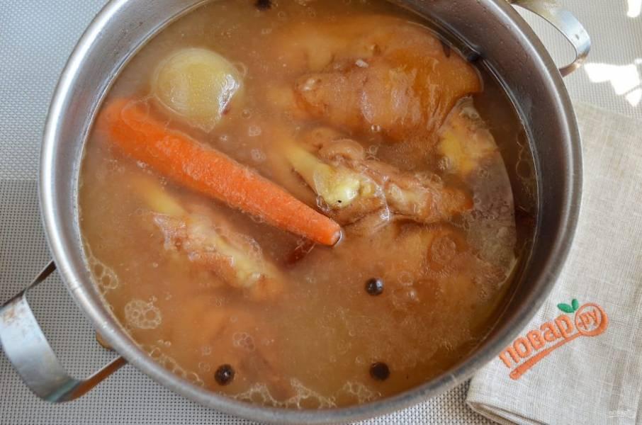 3. Спустя 4 часа мясо мягкое, легко отделяется от кости.