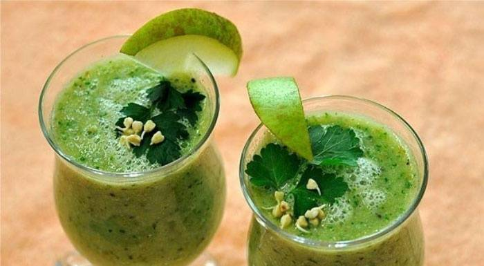 3. Кладезь полезных витаминов, незаменимых при похудении, - это сельдерей. Чтобы приготовить невероятно легкий и вкусный овощной коктейль нужно вымыть стебель сельдерея и отправить его в блендер. Добавить немного свежей зелени по вкусу. Измельчить до однородности, а затем влить стакан чистой воды или обезжиренного кефира. Таким лакомством можно начать день, чтобы чувствовать себя бодро и легко.