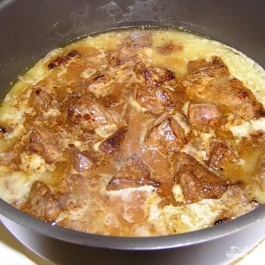 Покрывшееся корочкой мясо добавляем к соусу (вместе с выделившимся жиром и небольшим количеством воды, в которой замачивался чернослив, или обычной холодной воды), снижаем огонь до среднего и тушим. Через полчаса добавляем к мясу чернослив, тушим еще 20 минут, после чего добавляем необходимые специи и тушим до готовности - еще минут 10-15.