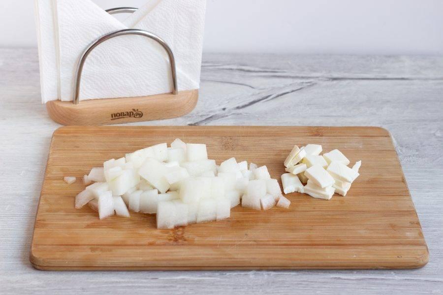 Нарежьте кубиками дыню и сыр.