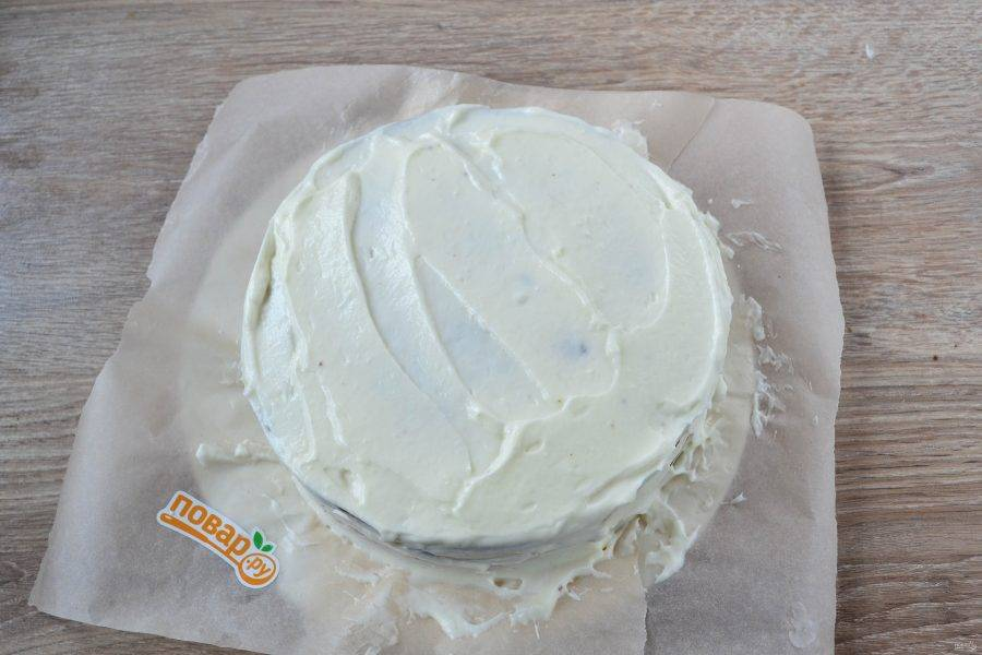 16. Теперь обильно сверху и по сторонам затяните торт оставшимся кремом.