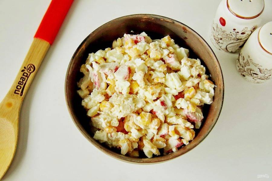 Заправьте салат майонезом, добавьте соль по вкусу и перец. Перемешайте. Салат с крабовыми чипсами готов.