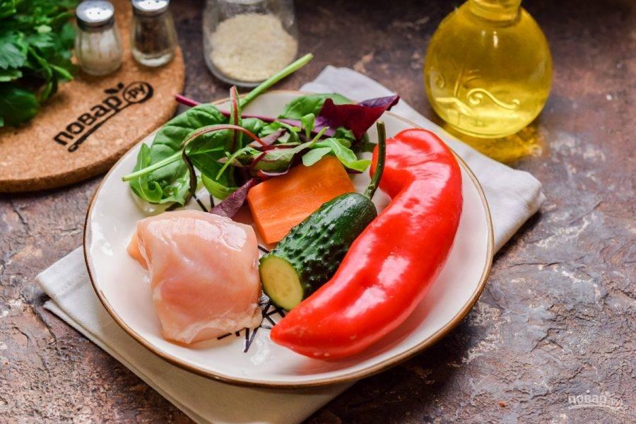 Подготовьте ингредиенты. После ополосните филе и просушите, овощи очистите.