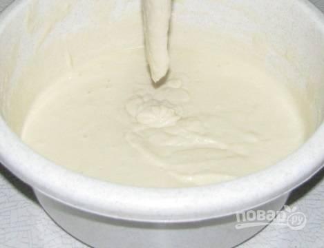 2. Отдельно взбейте яйцо, влейте вместе с простоквашей в тесто и перемешайте, чтобы не образовались комочки. Можно для аромата добавить ванилин, а также изюм, например.