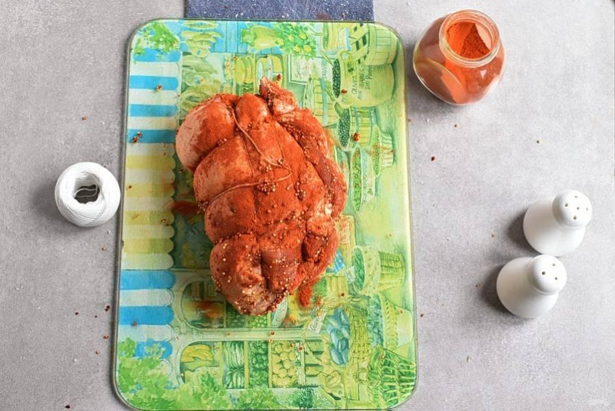 Сверните мясо в рулет и обвяжите кулинарным шпагатом.
