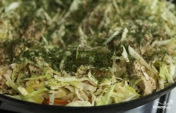 6. Тонкой соломкой нарежьте капусту, слегка помните ее. Теперь выложите в сковородку к остальным ингредиентам. Когда капуста станет мягкой, посолите. При тушении в капусту необходимо добавить немного уксуса. Лучше всего подходит уксус из винограда темных сортов. Поперчите по вкусу. Разотрите между пальцами сушеный укроп и посыпьте его в капусту.