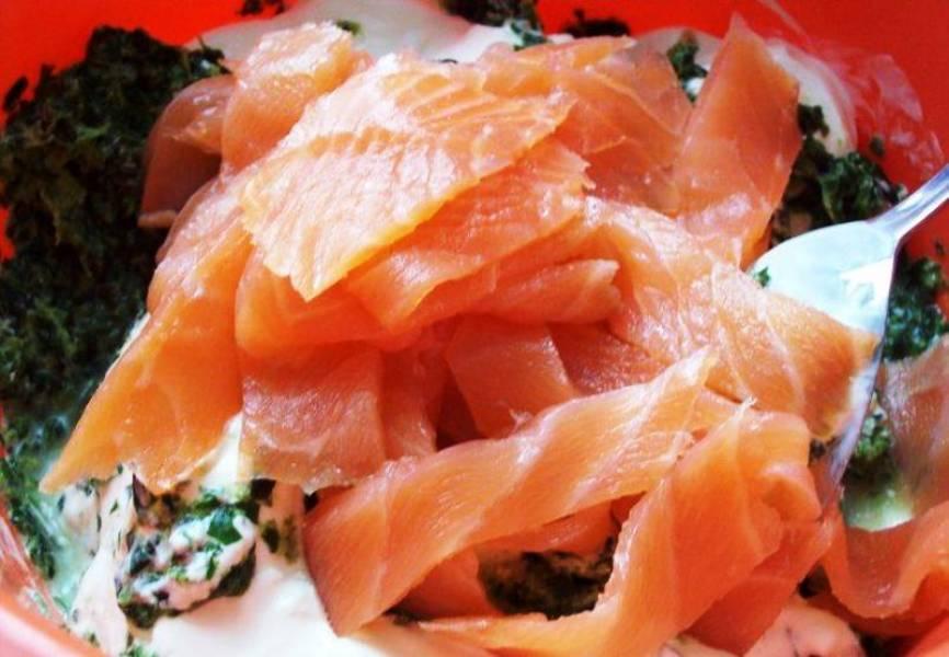 Добавьте порезанный копченый лосось.