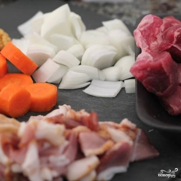Подготовим все ингредиенты. Говядину нарезаем кубиками стороной 2-3 см, бекон и лук - небольшими кубиками, морковь - колечками.