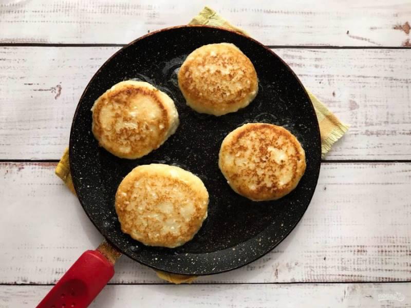 Сформируйте сырники. Обжарьте их в хорошо разогретой сковороде с растительным маслом до золотистого цвета.