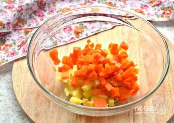 2. Следом очистите и измельчите морковь.