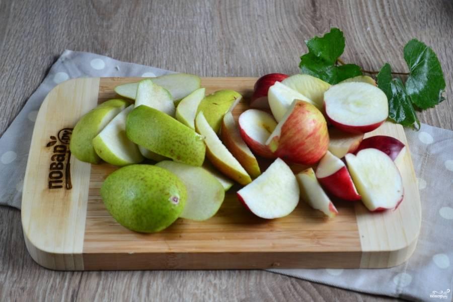 Яблоки и груши промойте хорошенько, порежьте дольками, удалив сердцевину.