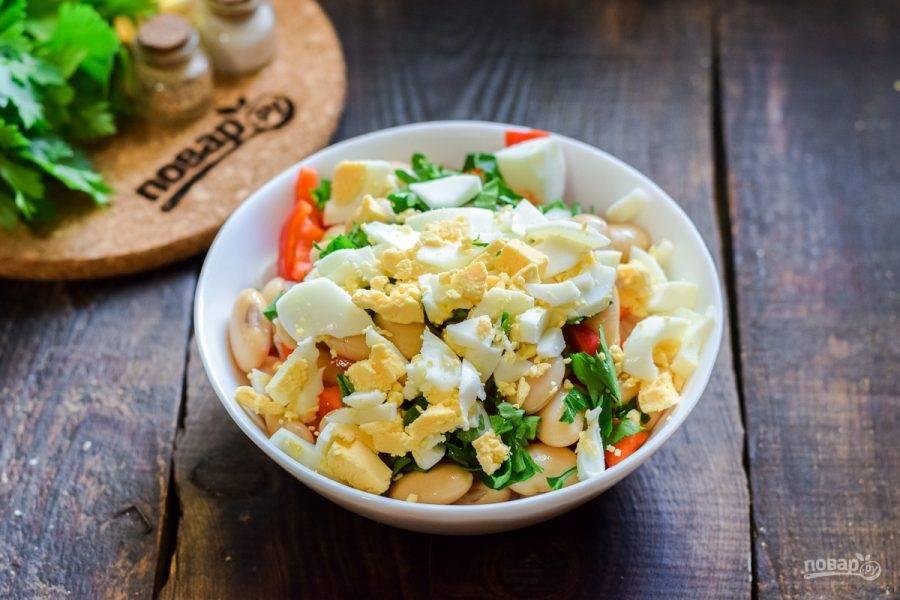 Куриное яйцо сварите вкрутую — 10 минут, после очистите и нарежьте кубиками, добавьте в салат. Заправьте все растительным маслом, соль, перец и хмели-сунели добавьте по вкусу, перемешайте и подавайте к столу.