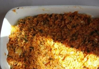 Сверху выложить томатно-рисовую начинку.