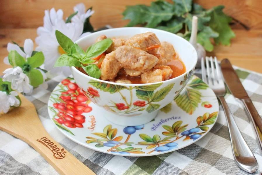 Подавайте блюдо к столу с отварным рисом, фунчожой и овощами.