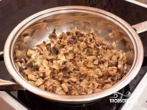 Отправляем грибы к луку, солим, перчим и поджариваем до тех пор, пока они не станут слегка покрываться золотистой корочкой.