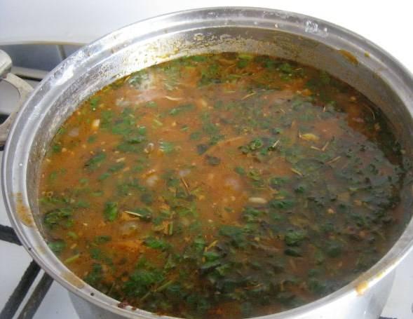 В готовый вегетарианский суп харчо добавляем рубленую зелень. Варим минуты 3. Вот и все. Приятного аппетита!