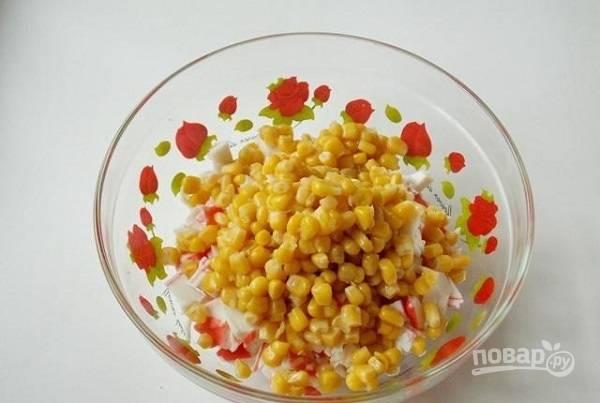2. Обсушите немного кукурузу и добавьте в салатник.