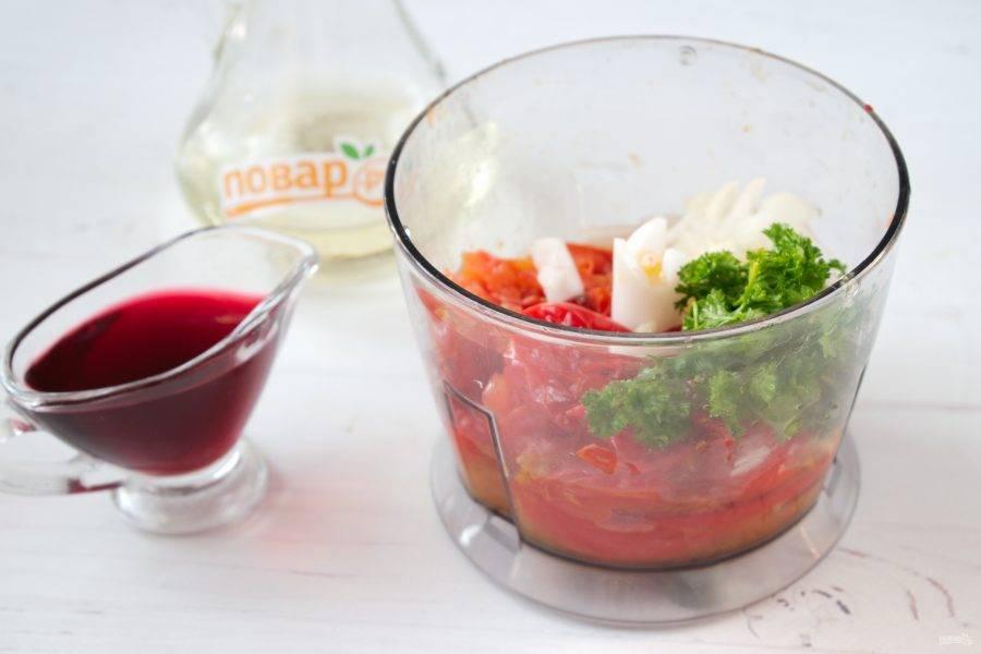 Очистите запеченные овощи от кожицы. Петрушку, лук, чеснок измельчите. Соедините все ингредиенты в чаше блендера, пробейте до однородности. Чеснок и перец добавляйте по своему вкусу.