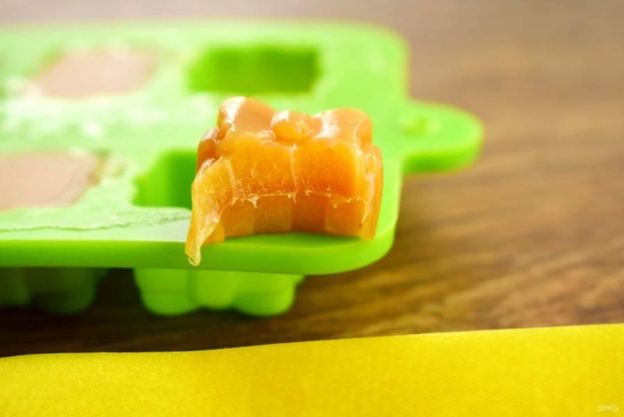Готовые ириски каждую заверните в пищевую пленку. Храните обязательно в холодильнике.
