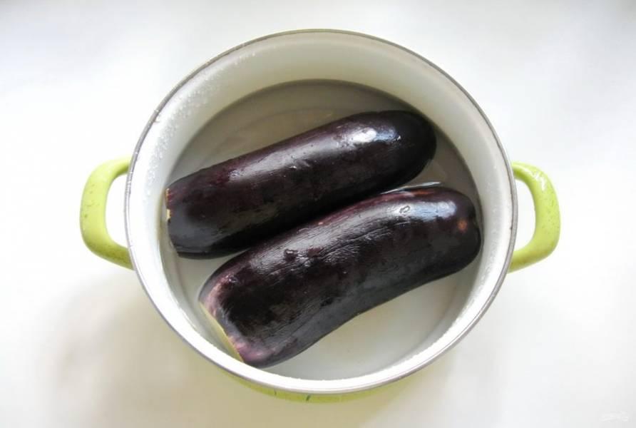 Баклажаны помойте и отрежьте хвостики. В кастрюлю налейте рассол, из расчета на 1 литр воды 1 столовая ложка крупной соли. Выложите в неё баклажаны.