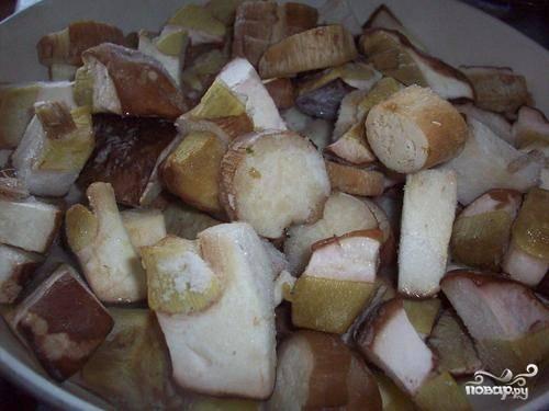 Итак, грибы моем и очищаем от мусора, если свежие, и совсем чуток держим в тепле, если замороженные. Режем на кусочки.