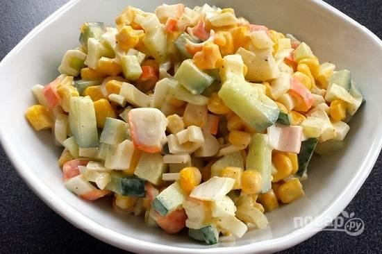 Добавим майонез, по вкусу насыплем соль и перец. Перемешаем все — и салат готов.