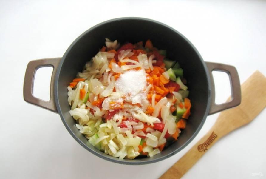 Все жареные овощи выложите в казан или кастрюлю с толстым дном. Добавьте соль, сахар и черный молотый перец.