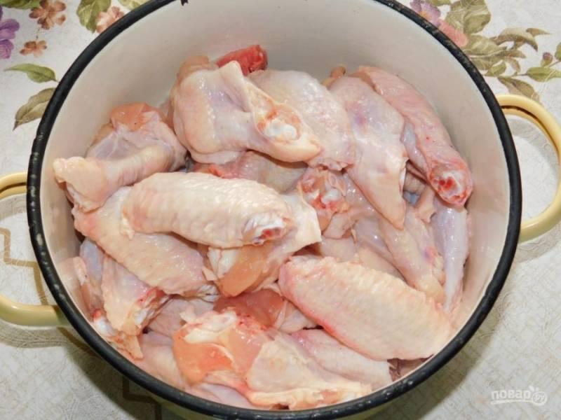 Куриные крылышки разрежьте и удалите самую маленькую часть.