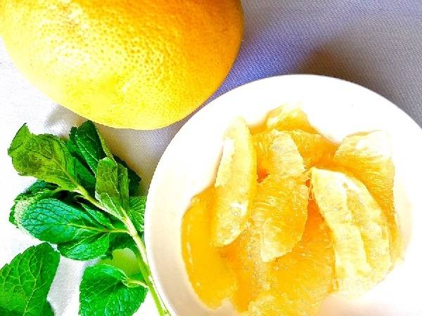 1. Очистите фрукты, аккуратно отделите от пленок. Вымойте и обсушите салат (можно использовать микс по вкусу), горсть листочков мяты.
