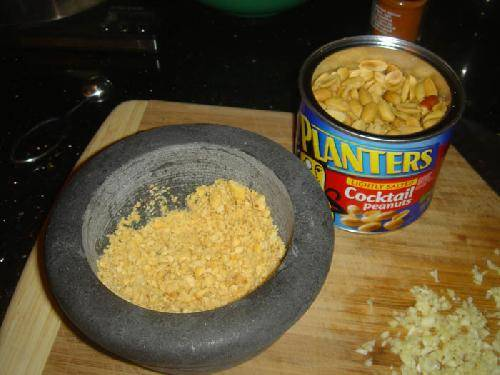 Дробите арахис с помощью кофемолки или блендера.