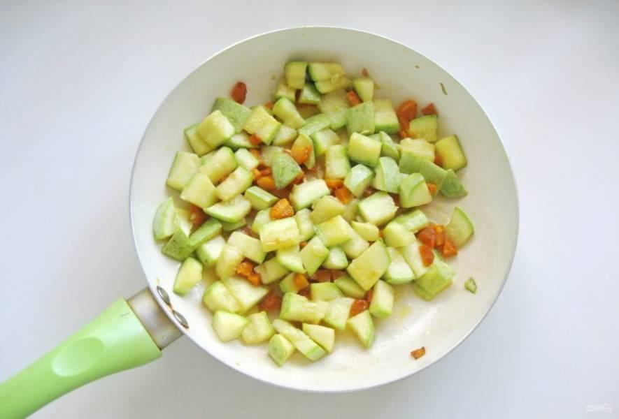 Тушите овощи еще 10 минут, помешивая.