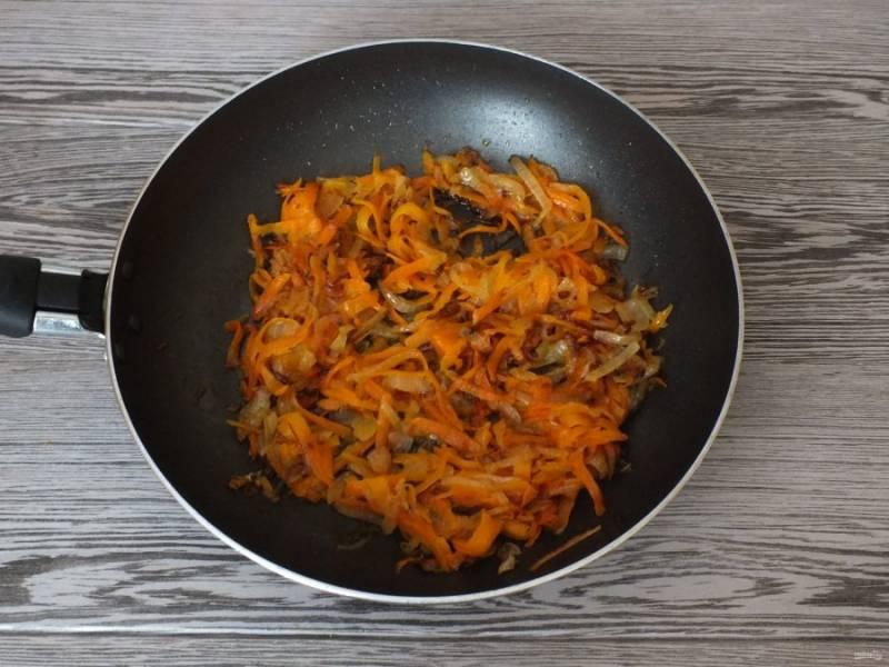Овощи обжарьте в 3 ст.л. растительного масла до мягкости.