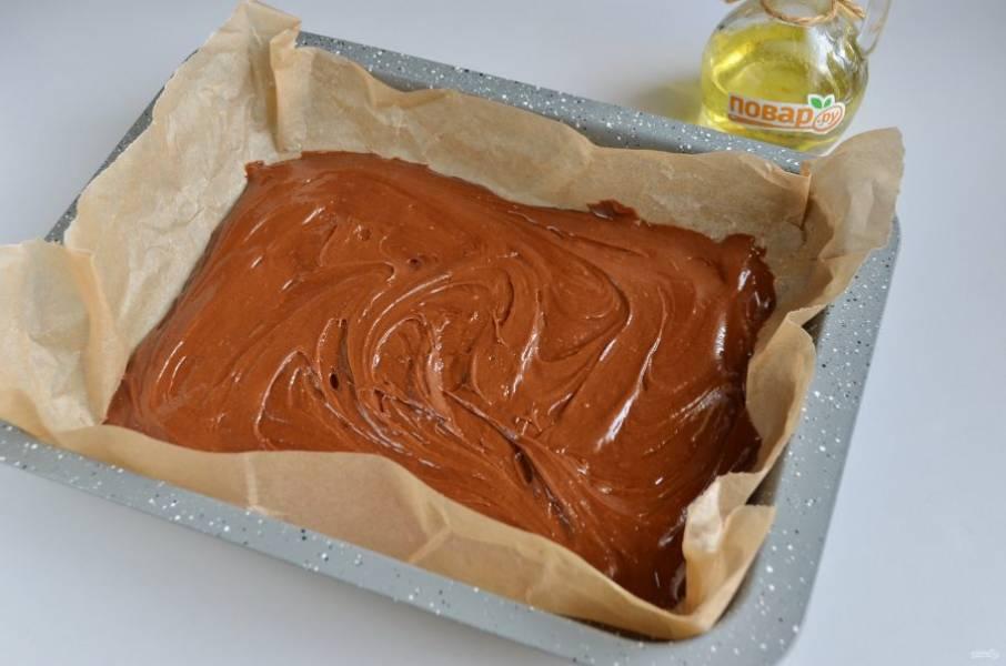 8. Форму застелите пергаментом для выпечки. Вылейте две трети шоколадного теста и разровняйте.
