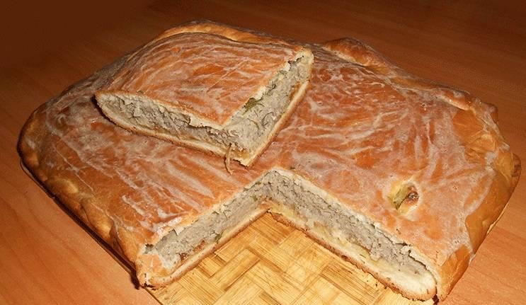 6. Когда пирог достанем из духовки, поверхность можно смазать яйцом. Подается пирог с рыбным фаршем предпочтительнее в горячем виде, но и холодный пирог в качестве закуски смакует хорошо.
