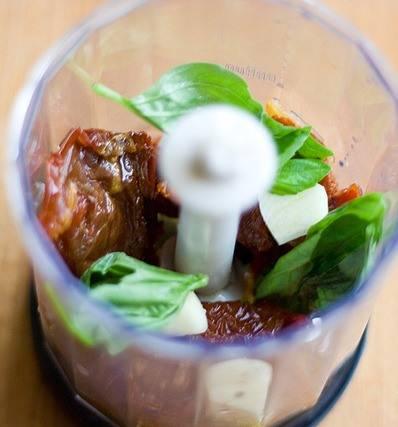 1. Измельчим в блендере базилик, помидоры и чеснок. Затем смесь надо переложить в миску.
